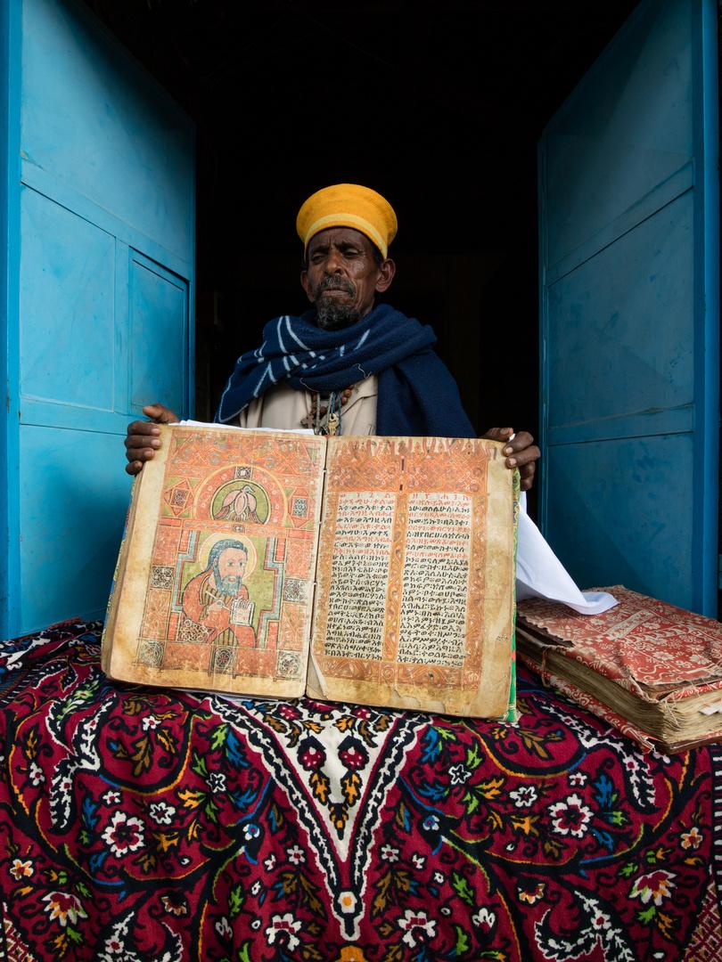 Le gardien des lieux présente les trésors de son église.
