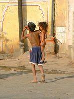 Le garçon et sa petite soeur .