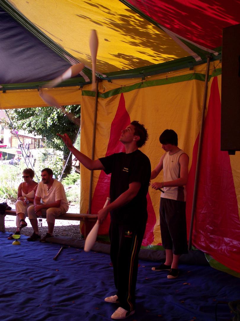 Le jongleur photo et image sports cirque jongleur - Image jongleur cirque ...
