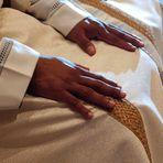 Le mani di colore di un futuro prete.