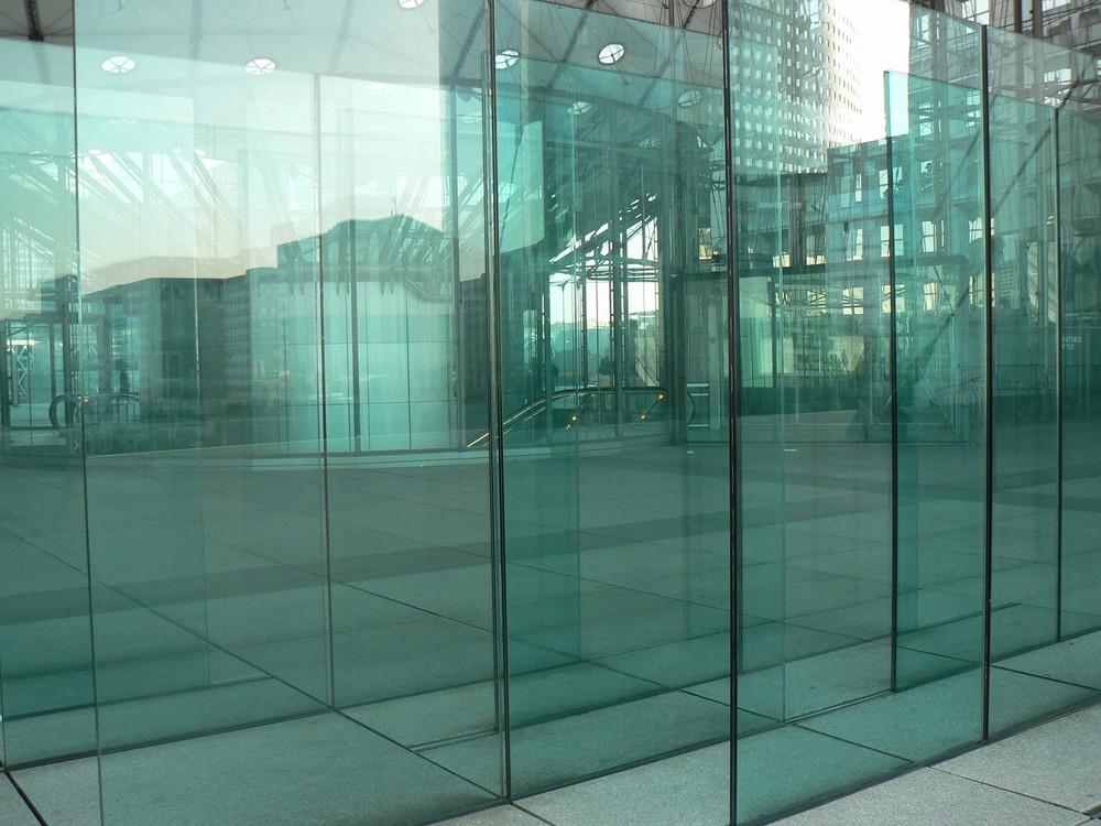 le mur de verre de la grande arche