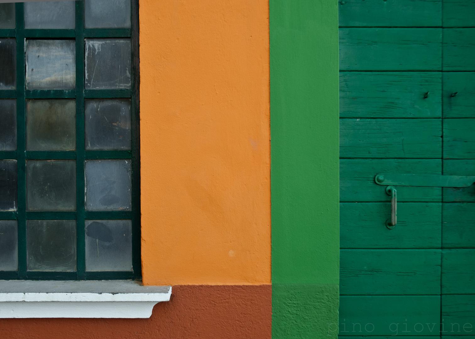 le mur, le verre, le bois et les couleurs.