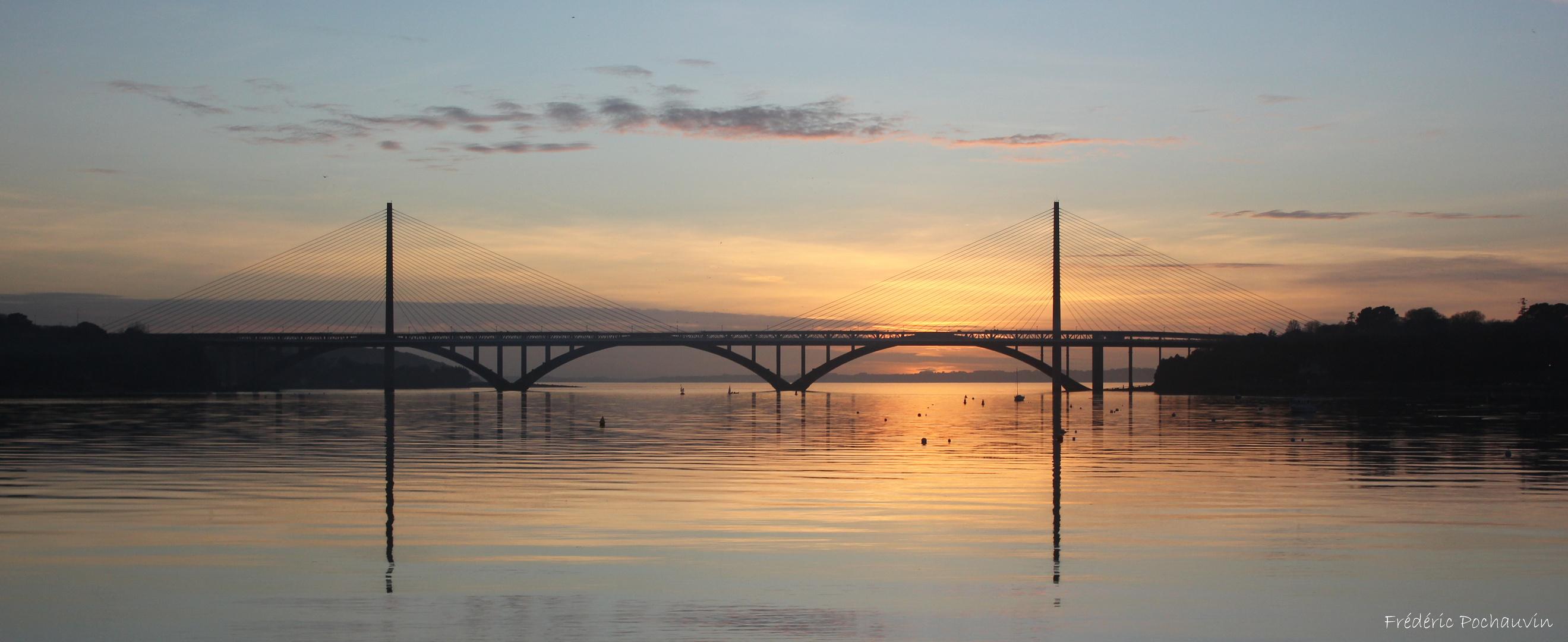 Le pont de l'Iroise au soleil couchant