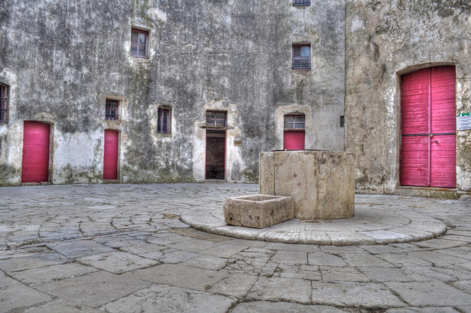 Le Puits dans la cour du Fort HDR