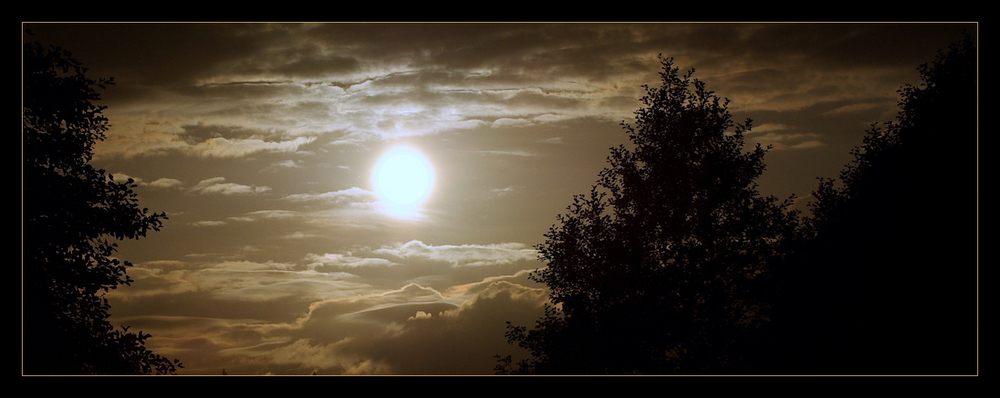 Le Soleil descend dans le ciel de Mazurie (Pologne)