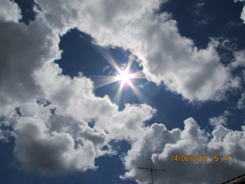 """le soleil qui joue au """" cache cache"""" avec les nuages"""