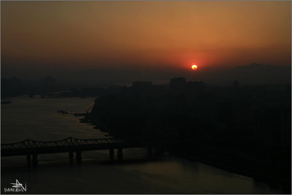 Le soleil se couche sur Pyongyang