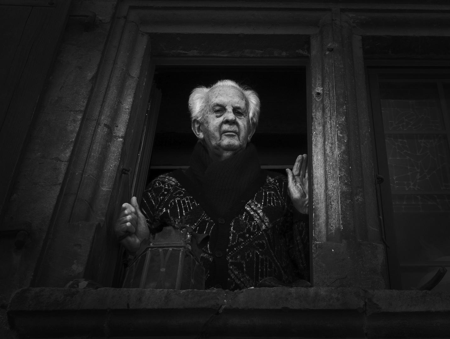 Le vieil homme à sa fenêtre