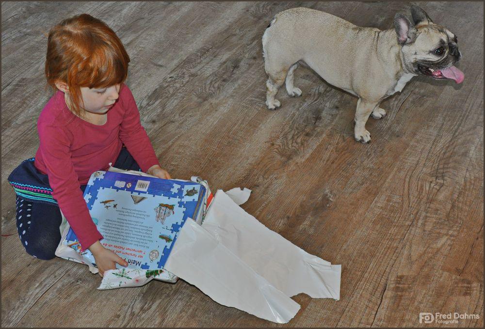 Lea, mal sehen was der Weihnachtsmann gebracht hat
