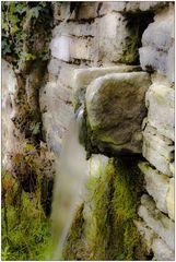 l'eau sort du mur