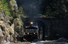 Leaving Montgomery - Norfolk & Southern Güterzug mit NS#9173 verlässt Montgomery Tunnel,VA,USA