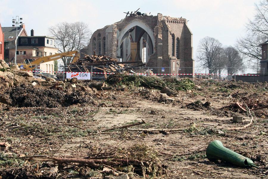 Leben mit dem Braunkohletagebau: Kirchhof Otzenrath nur noch roher Erdgrund