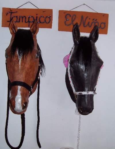 Lebensgroße Pferdeköpfe aus Ton