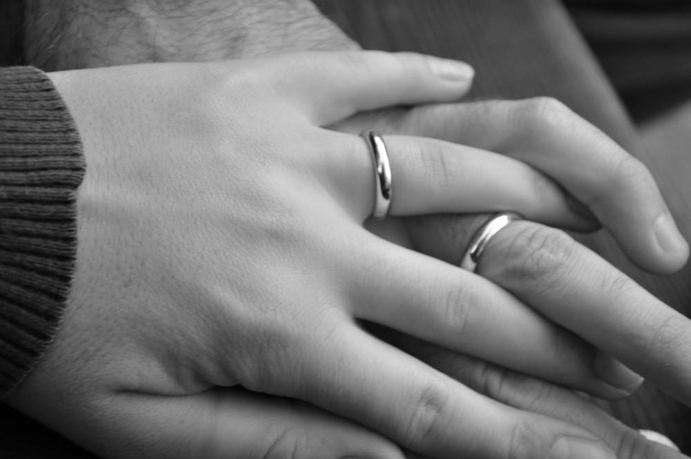 legati tra le mani