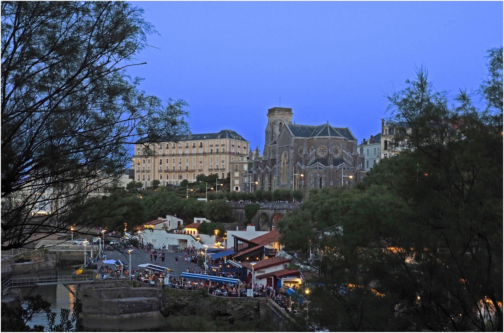 L'Eglise Sainte-Eugénie  et les restaurants du Port des Pêcheurs -  Biarritz