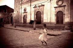 Lei balla da sola