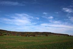 leichte Wolkenformationen über dem Dorf