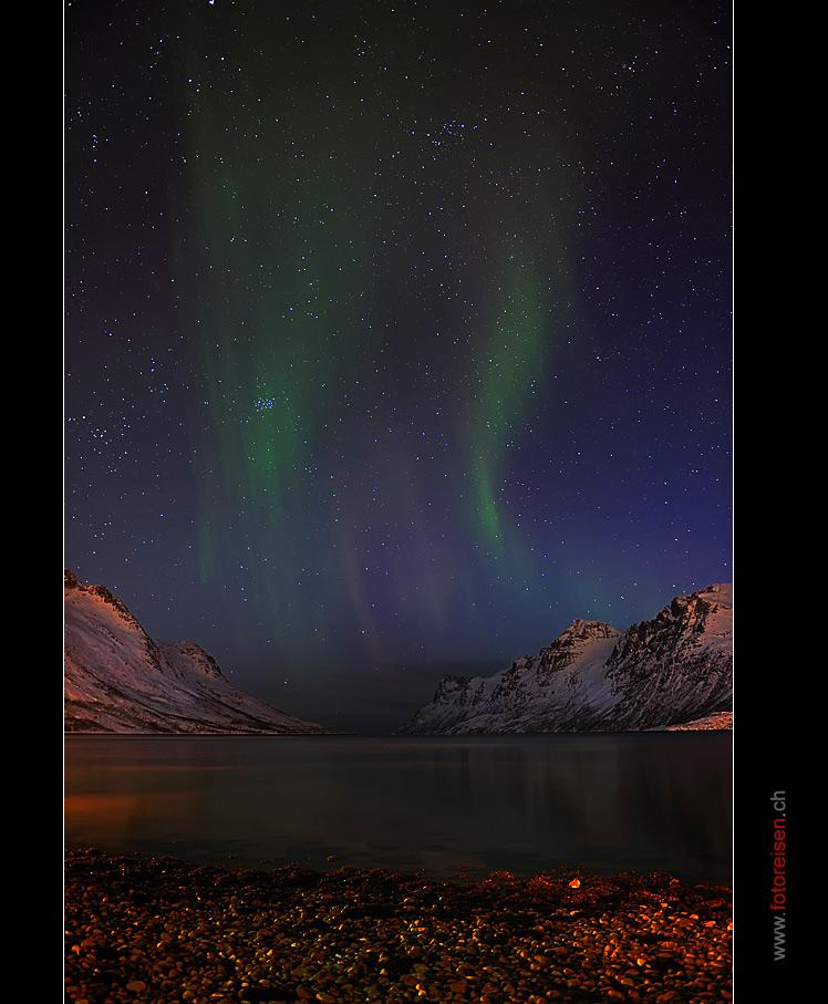 Leichtes Nordlicht über dem Fjord
