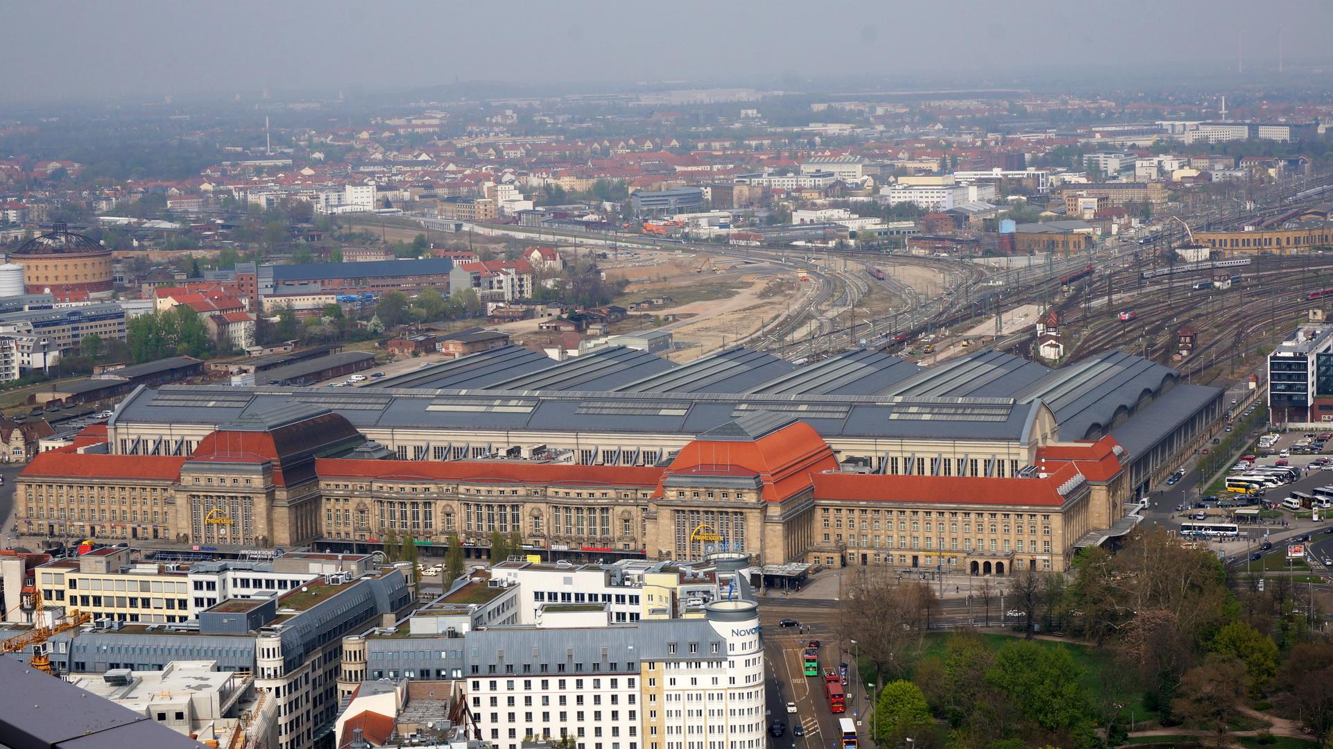 Leipzig Hauptbahnhof, innen als Einkaufszentrum sehr schöner gestalteter Bahnhof, einst Kopfbahnhof
