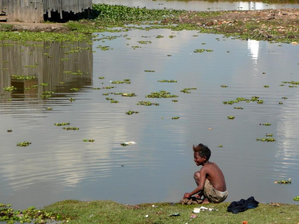 l'enfant au bord de l'eau