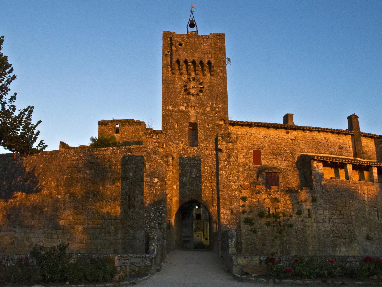 L'entrée du village de Larressingle au coucher du soleil