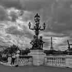 Les amoureux sur pont Alexandre III .