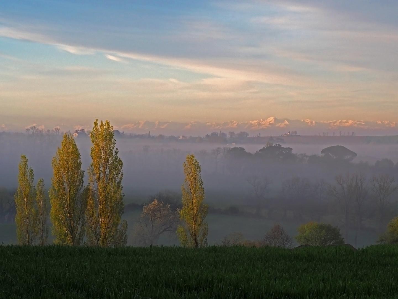 Les Pyrénées au-dessus de la brume matinale gersoise