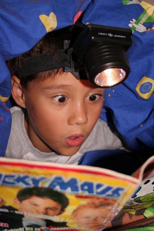 Lesespaß unter der Decke