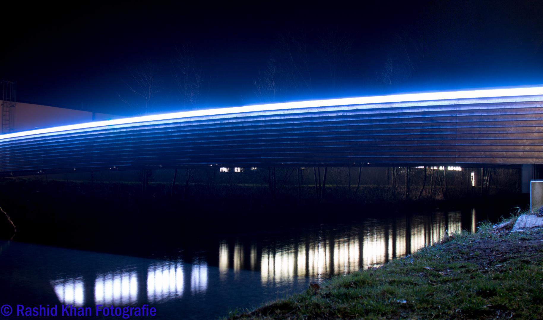 Leuchtbrücke am Abend ( Blaue Version 2/2)