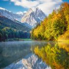 Leuchtende Herbstfarben am Riessersee