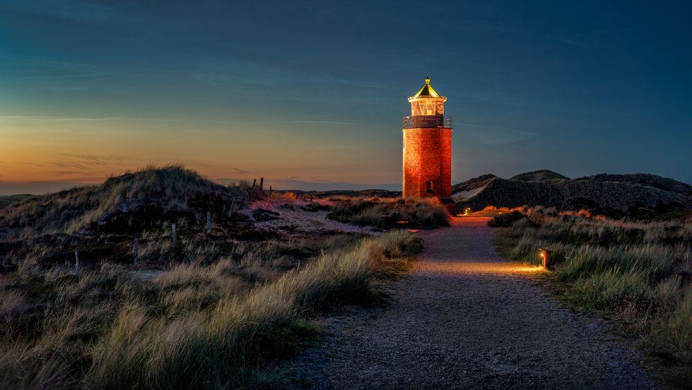 Leuchtende Nachtwolken am Leuchtturm von Kampen auf Sylt