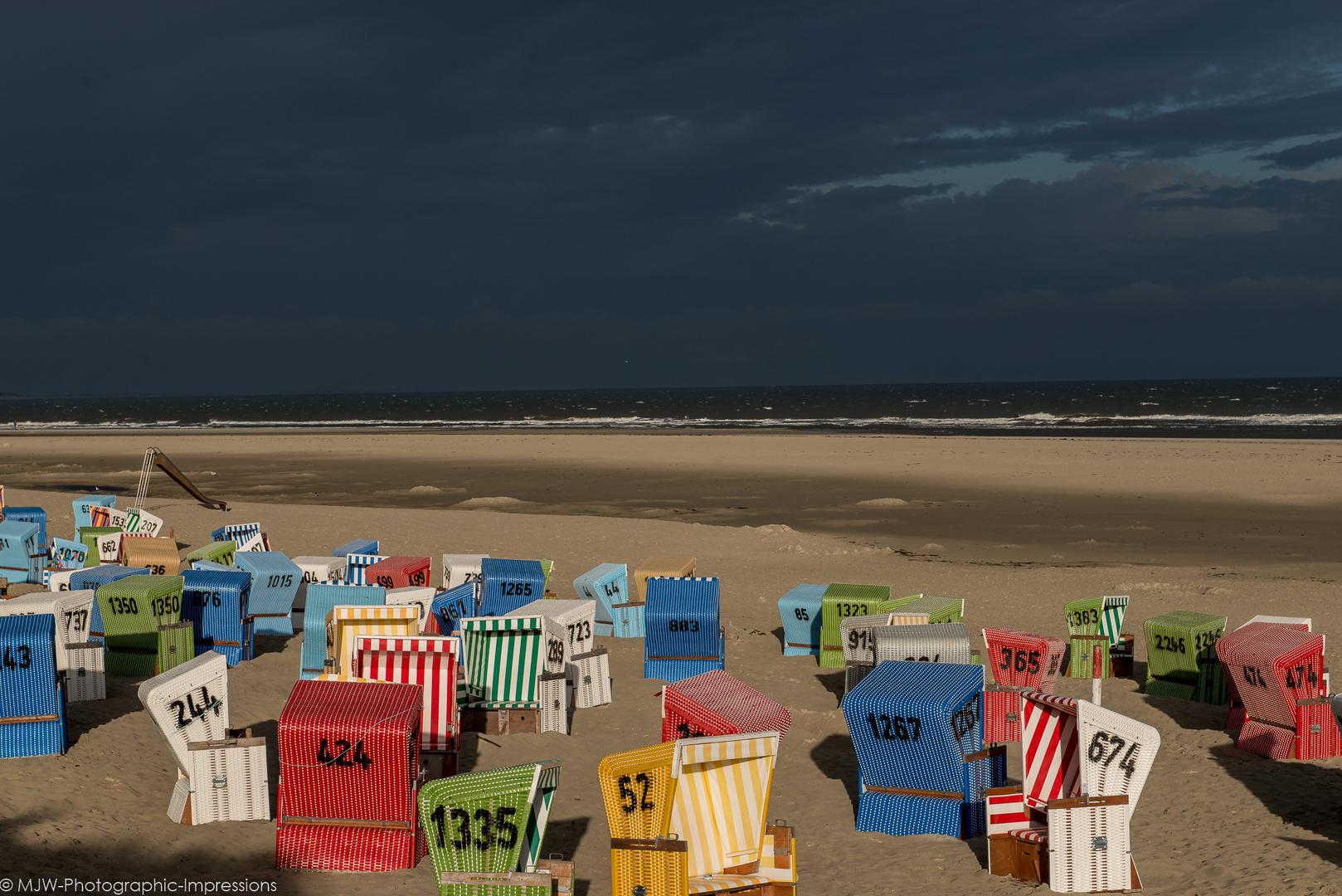 Leuchtende Strankörbe am Langeooger Strand