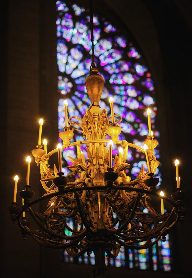 Leuchter vor Kirchenfenster
