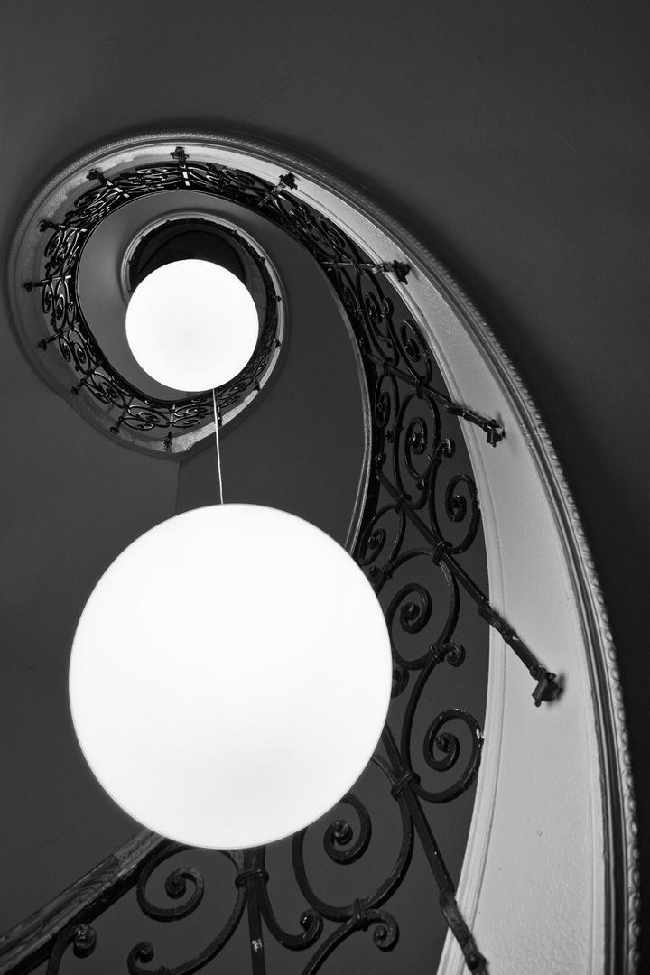 Leuchtkugeln im Treppenhaus..