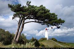 Leuchtturm Dornbusch mit Baum und Wolken