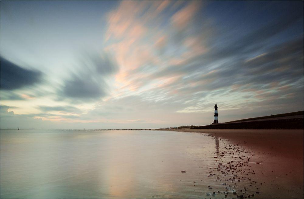 Leuchtturm kurz nach Sonnenaufgang
