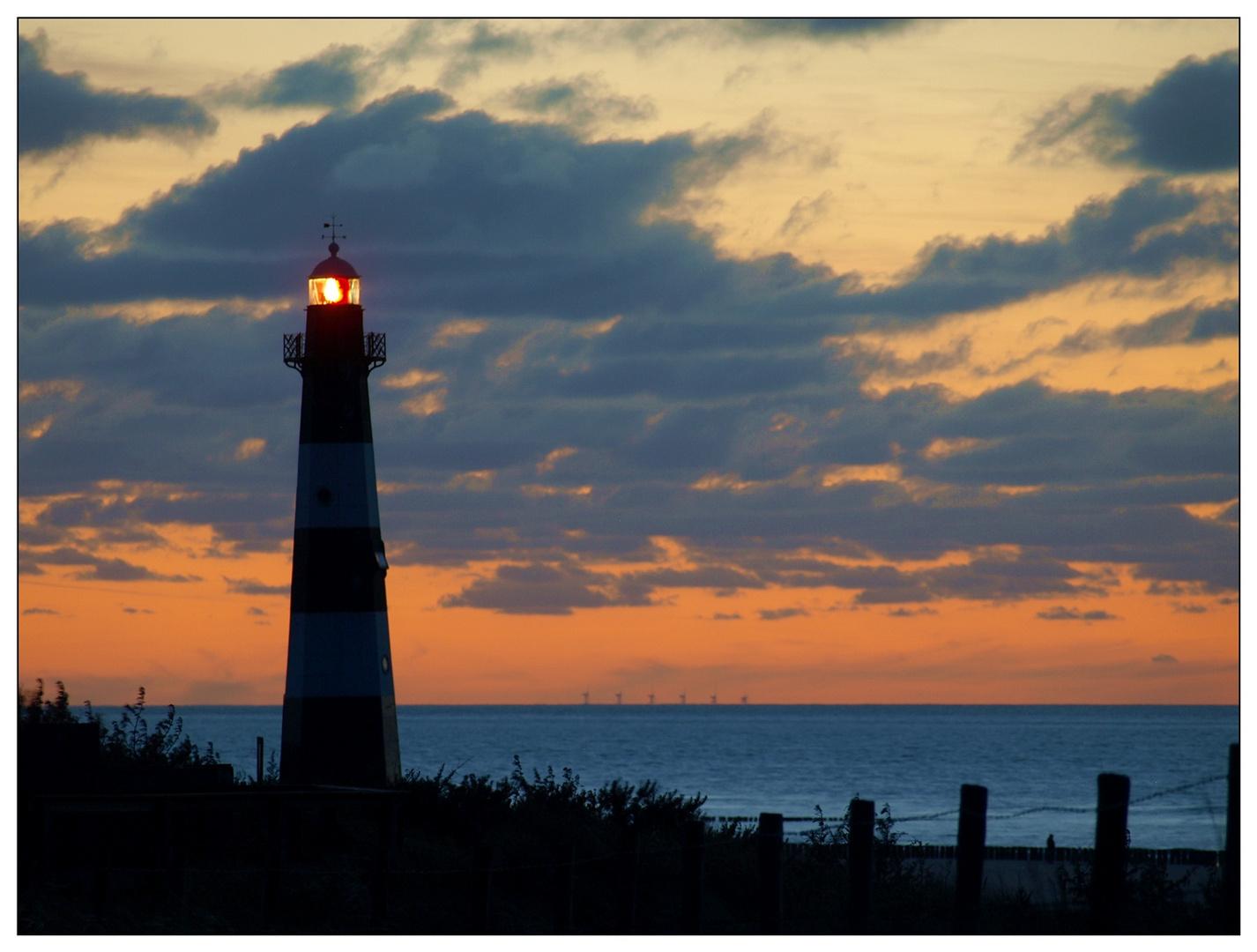Leuchtturm nach Sonnenuntergang