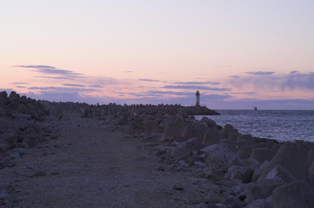 Leuchtturm und Mole im Hafen von Ventspils