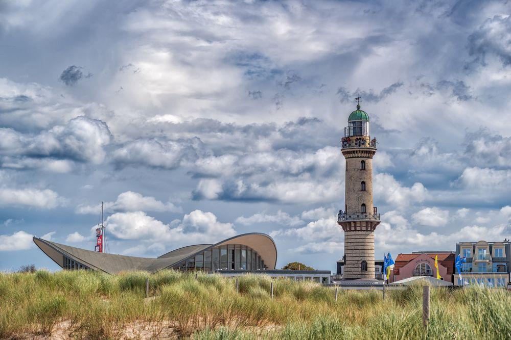 leuchtturm und teepott warnemünde foto  bild