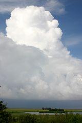 Leuchtturm unter Wolken