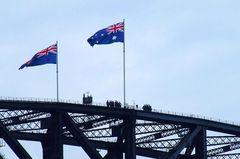 Leutchen auf Brücke