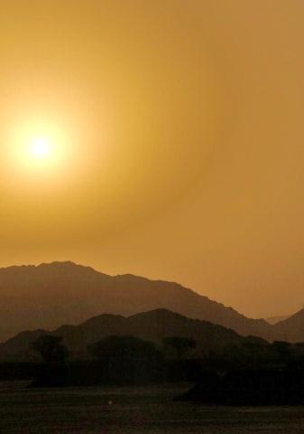 Lever de soleil dans le desert.