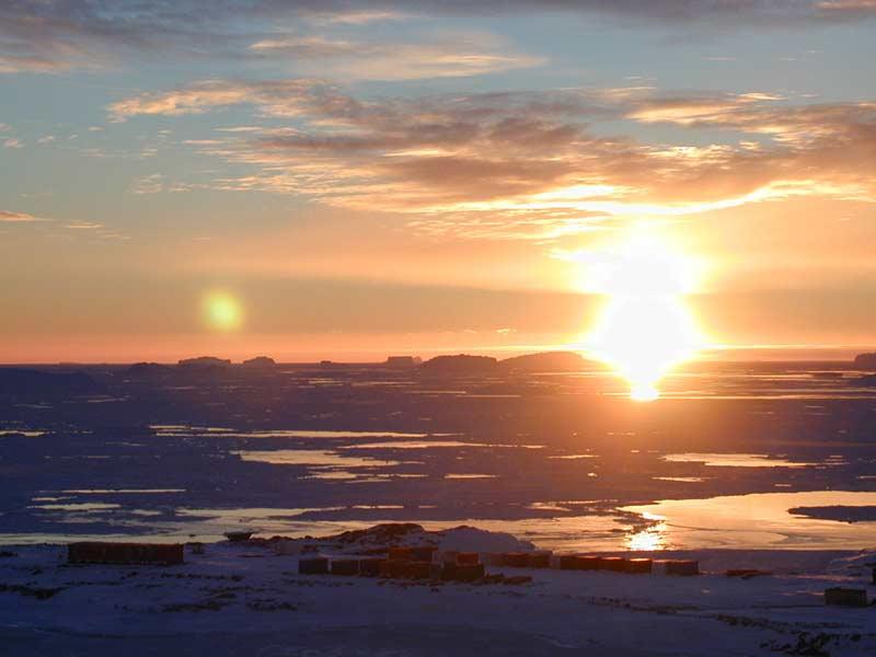 lever de soleil sur base scientifique de Dumont d'Urville