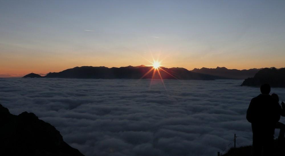 Lever du soleil en montagne.