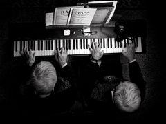 LEZIONE DI PIANO....A 4 MANI (le stesse)