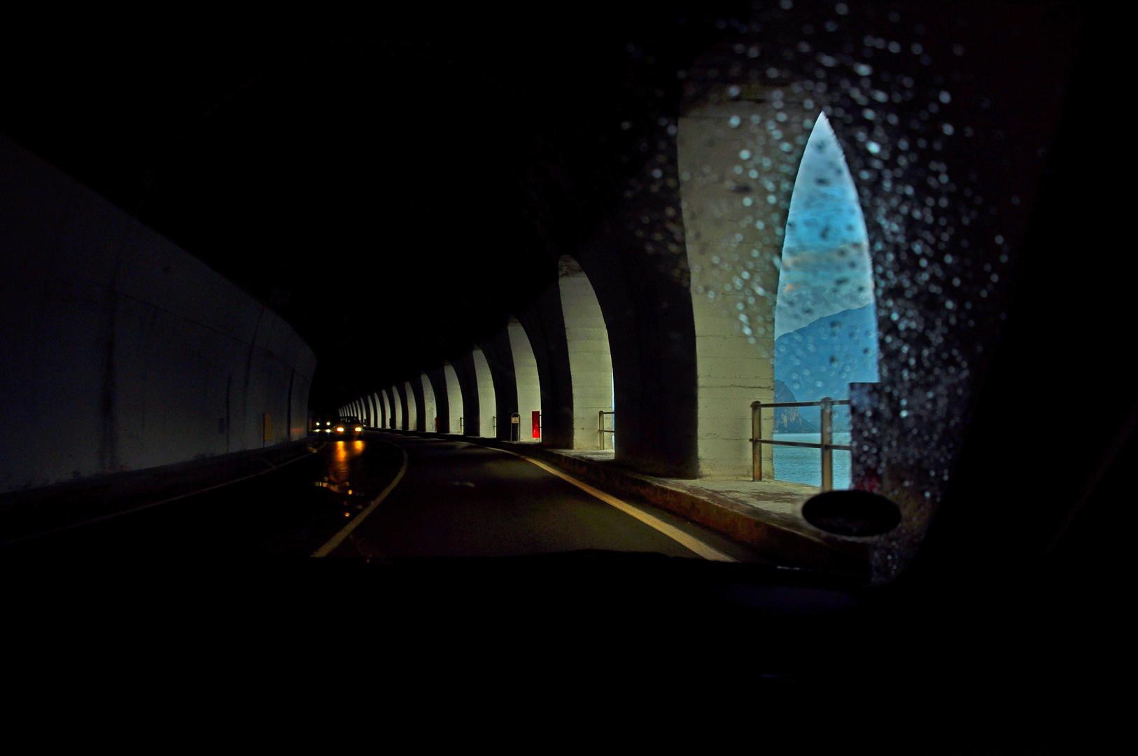 licht an der seite des tunnels