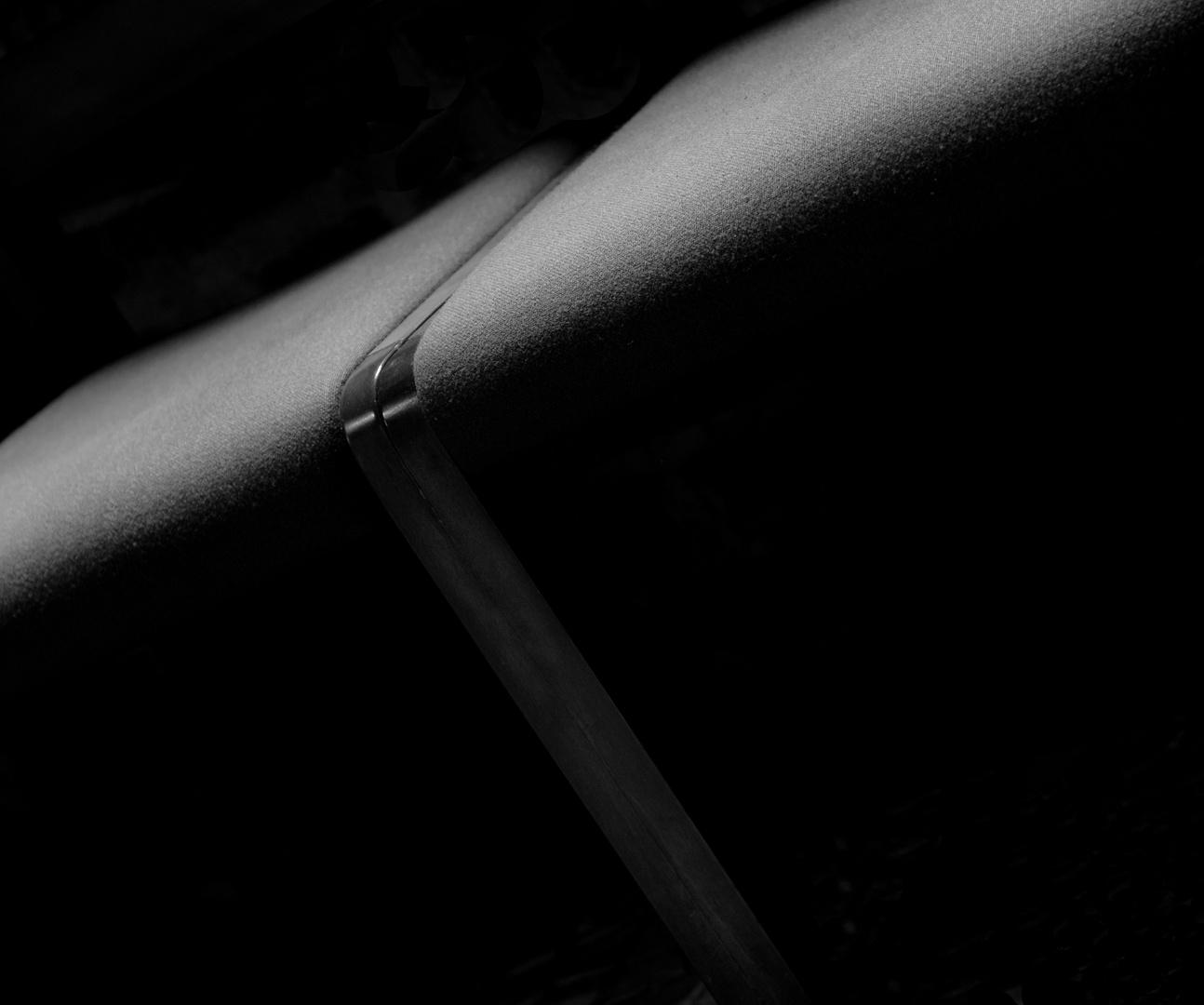 Licht fällt auf Stühle