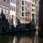 Licht in den Grachten von Amsterdam