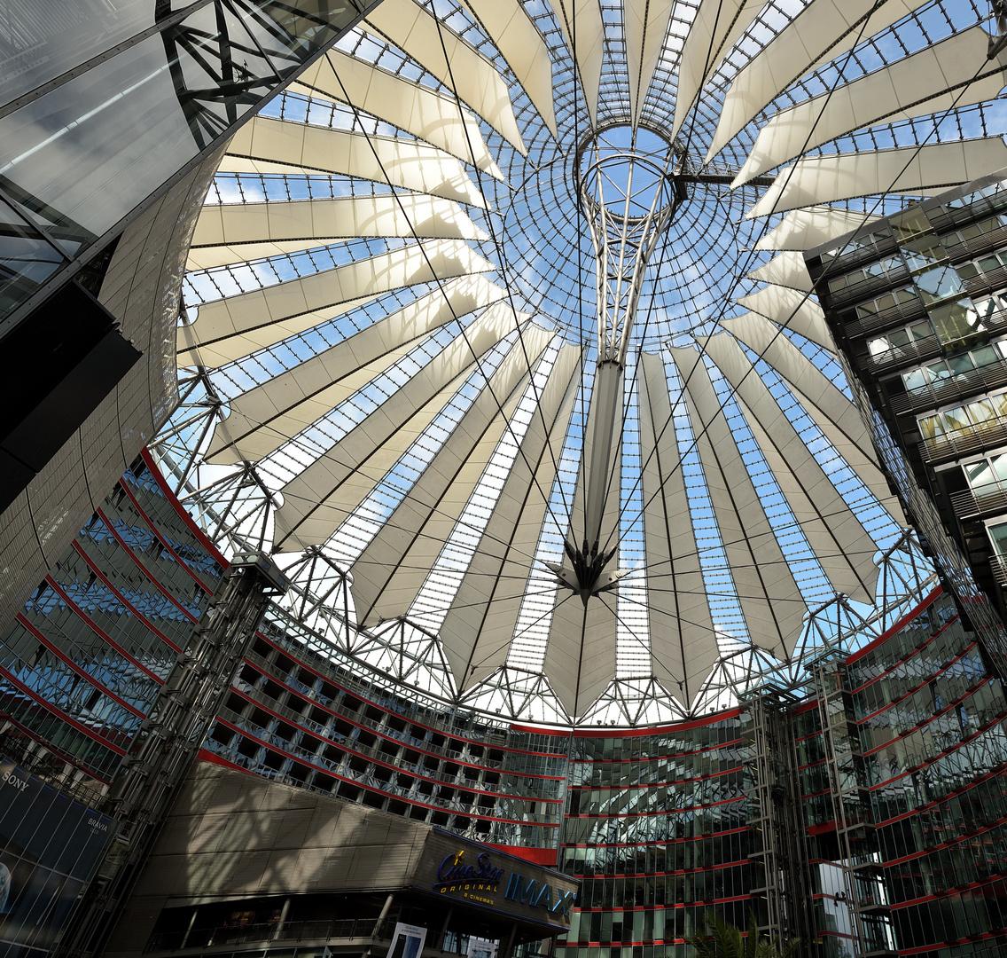 Licht-Schattenspiel im Sony-Center Berlin. Foto aus 6 Hochkantaufnahmen Freihand.