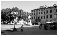 Licht und Schatten auf der Piazza Napoleone